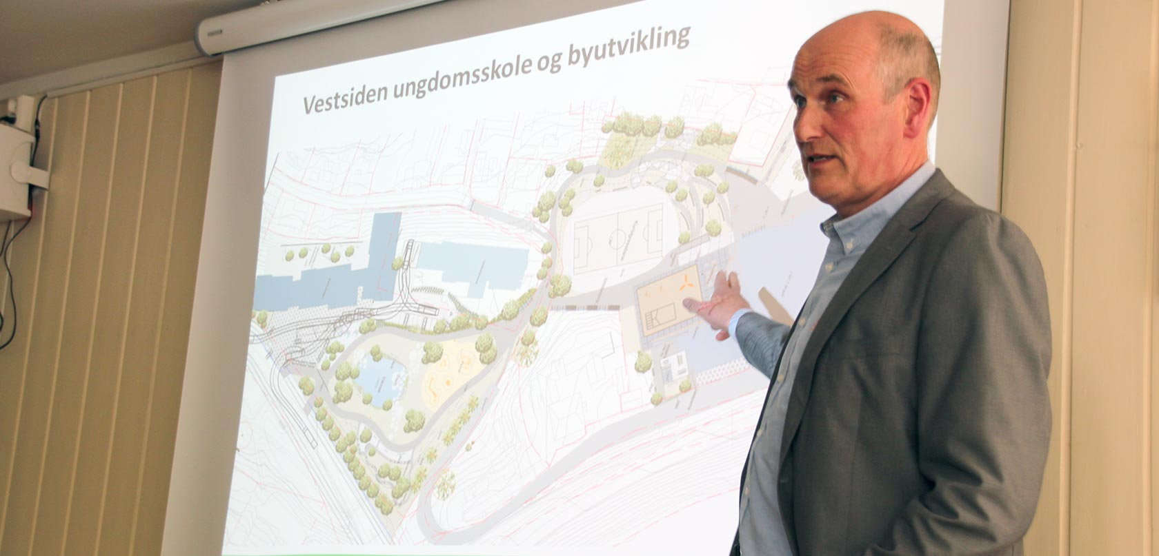 Geir Øystein Andersen i Kongsberg kommunale eiendom fortalte de fremmøtte om reguleringsprosessen rundt skoleanlegget og mulige studentboliger i Hasbergtjerndalen under infomøte på Kongsberg Vandrerhjem 23. mai.