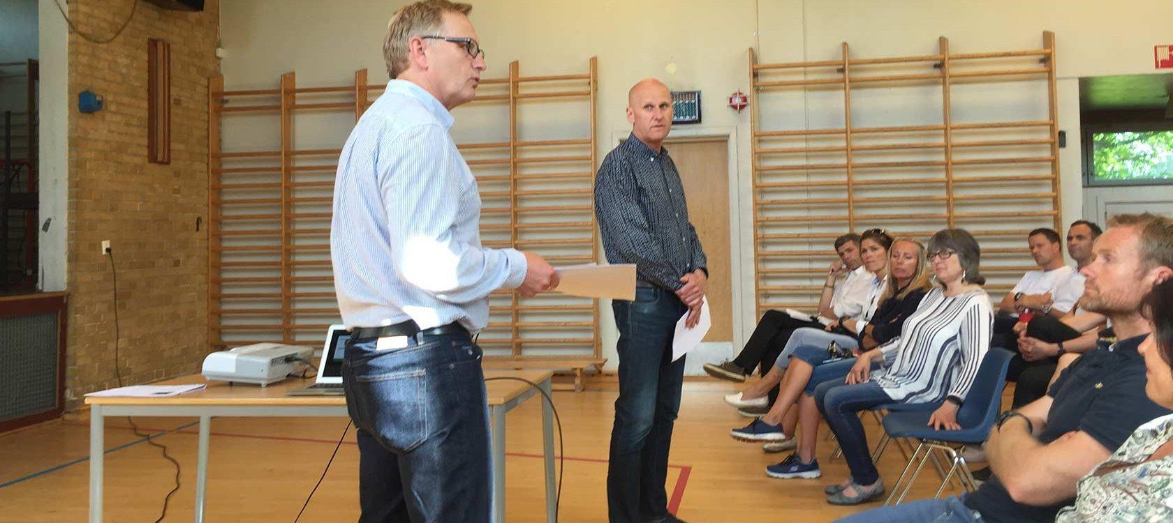 Rektor på Vestsiden ungdomsskole Baard Olsen (t.v.) og produksjonssjef Brynjar Henriksen under informasjonsmøtet i gymsalen på skolen.