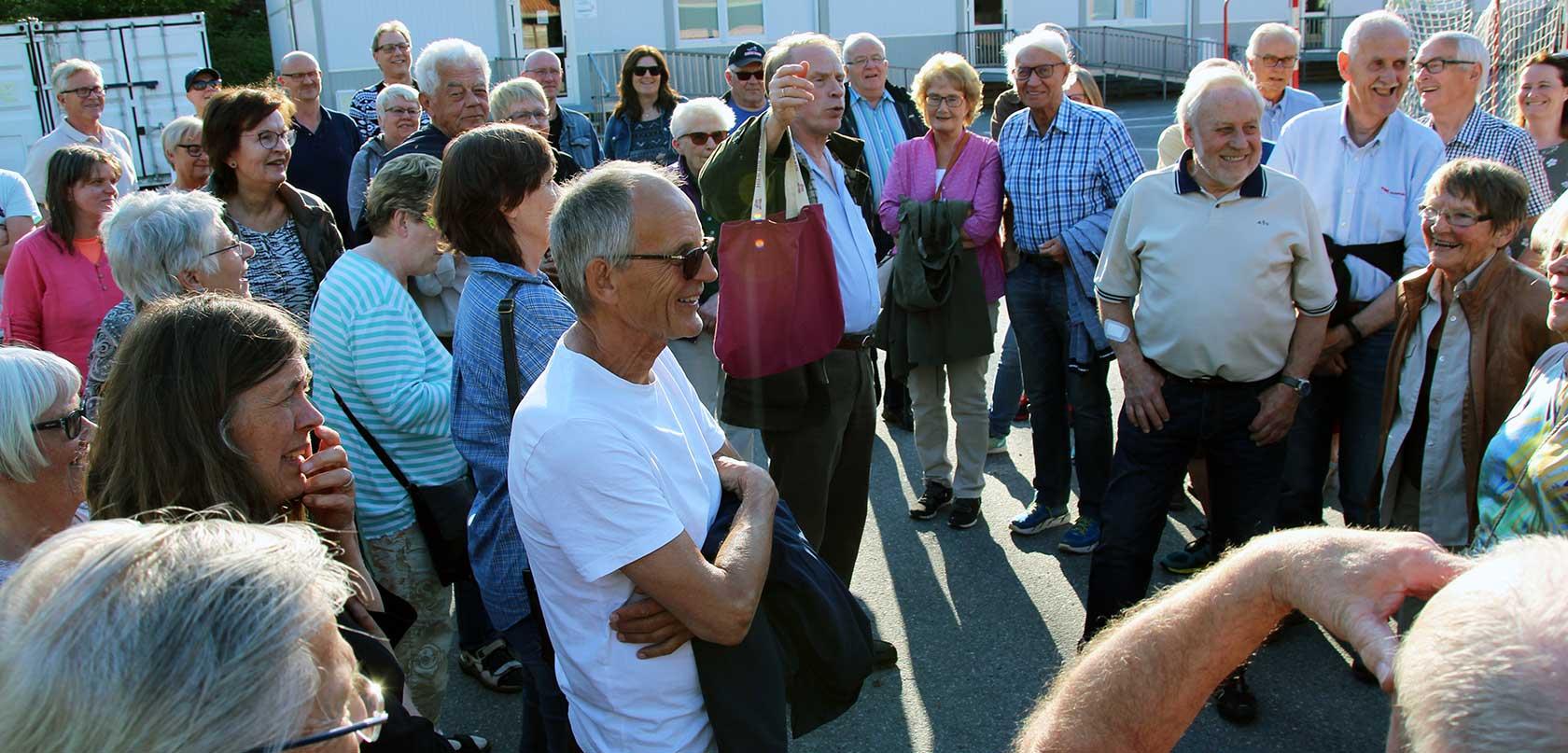 Odd Arne Helleberg i Kongsberg Byhistorielag tok med seg hele gruppen på byvandring på Korpemoen i nydelig mai-vær.