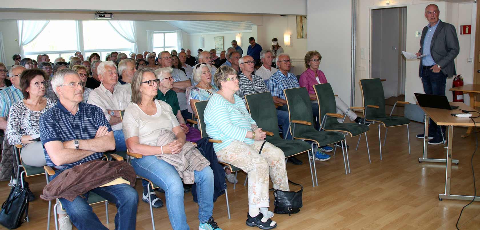 Over 100 personer møtte frem til informasjonkveld med påfølgende byvandring.