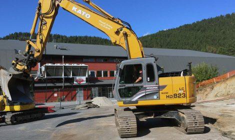 Utenfor Kongsberghallen er gravemaskiner på plass og forbereder byggingen av den midlertidige Vestsiden ungdomsskole.