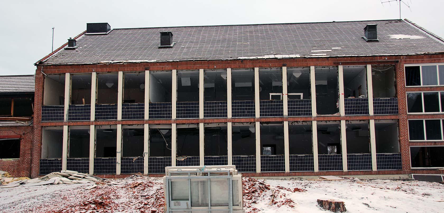 Rutene inn til de gamle klasserommene er fjernet. Nå gjenstår selve rivingen.