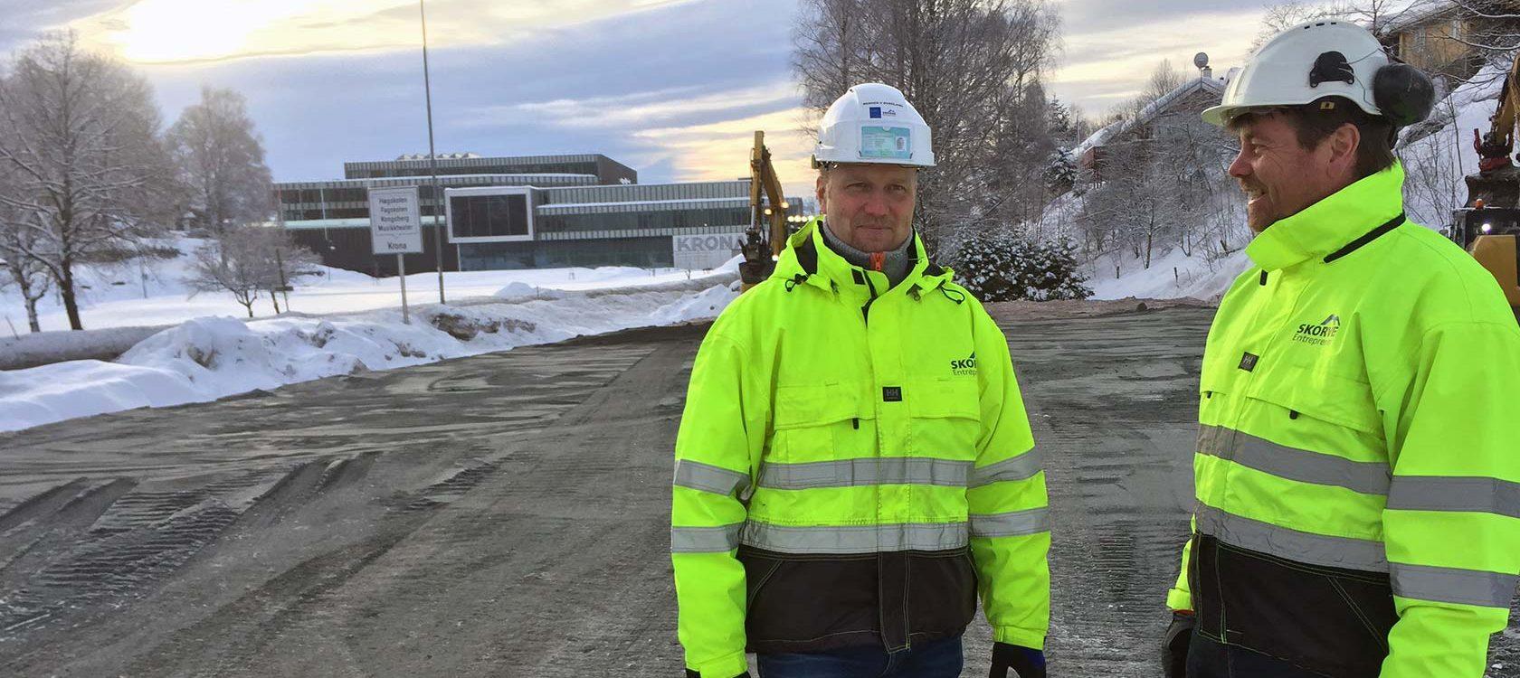 Anleggsleder Werner V. Øverland (t.v.) og prosjektleder Åge Seltveit i Skorve Entreprenør viser her hvor avkjøringen fra E134 vil komme.