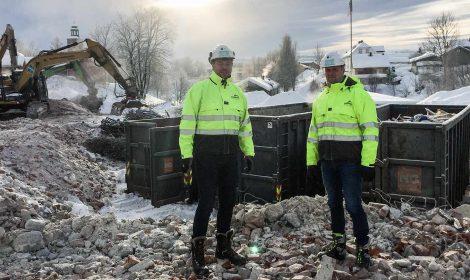 Prosjektleder Åge Seltveit og anleggsleder Werner V. Øverland i Skorve Entreprenør kan registrere at rivingen av den gamle Vestsiden ungdomsskole har gått som planlagt. Nå gjenstår lite riving før utgravingen av den nye skoletomta kan starte.