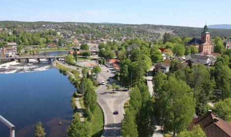 Utsikten over Lågen og byen er helt nydelig fra tårnkrana på Vestsiden ungdomsskole.