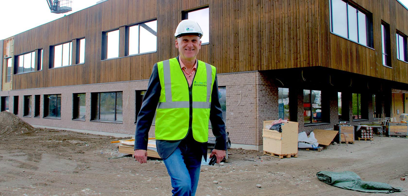 PLUSSHUS. Produksjonssjef i Kongsberg Kommunale Eiendom; Brynjar Henriksen, er klar for overlevering av nye Vestsiden ungdomsskole i neste måned.