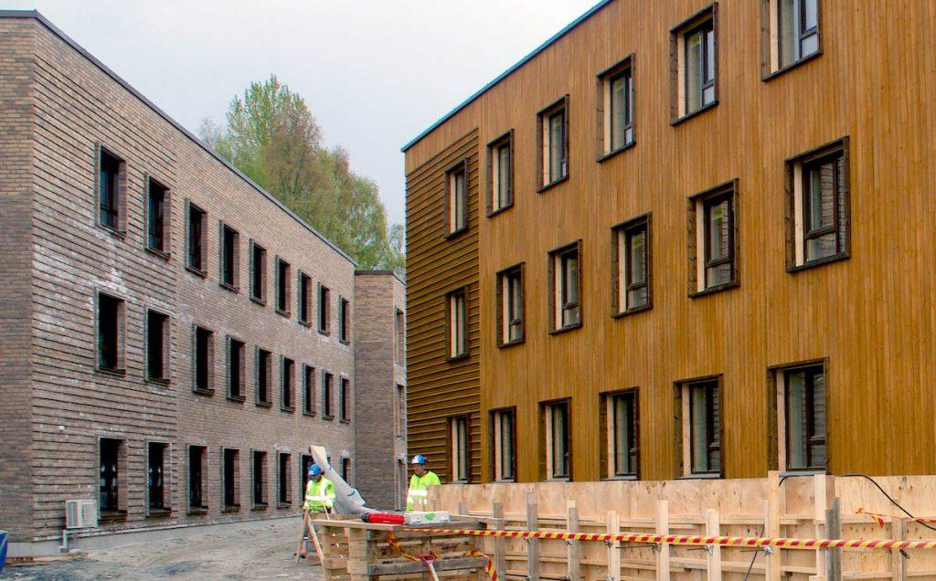 STUDENTBOLIGER: De to studenboligene har ulike fasader; henholdsvis mur og massivtre.