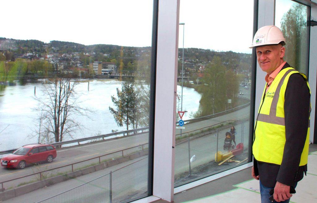 IDYLLISK: Produksjonssjef Brynjar Henriksen nyter utsikten fra den nye skolens bibliotek.