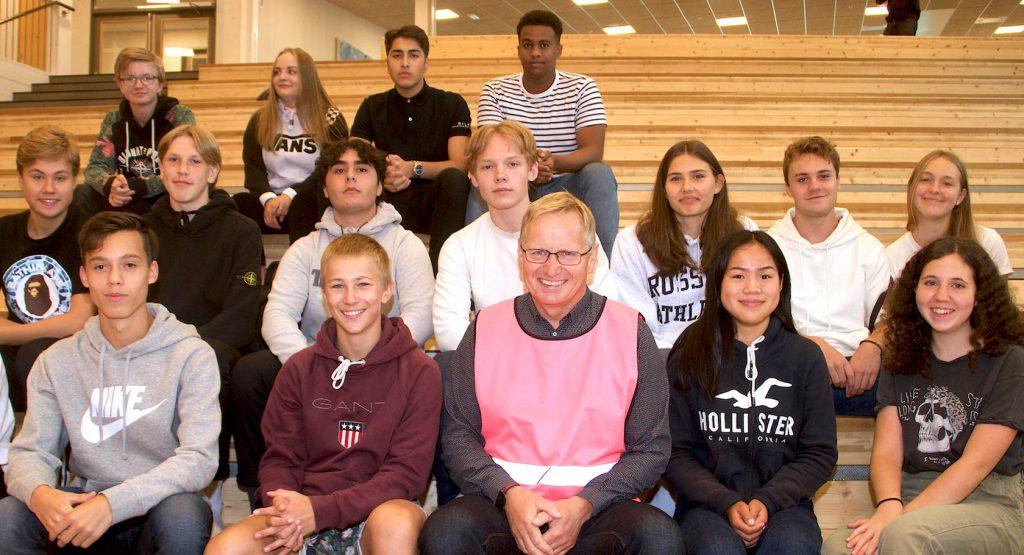 FORNØYD GJENG: En stolt rektor Baard Olsen omkranset av fornøyde elever i skolens flotte og lyse aula.