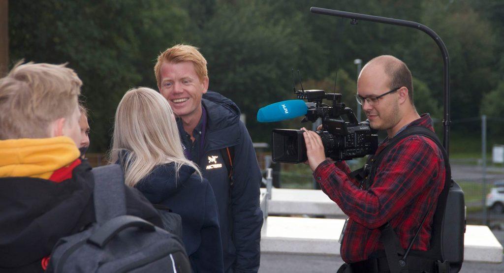 MEDIEOPPMERKSOMHET:  Både NRK og Laagendalsposten var til stede da skolen åpnet dørene for elevene for aller første gang..