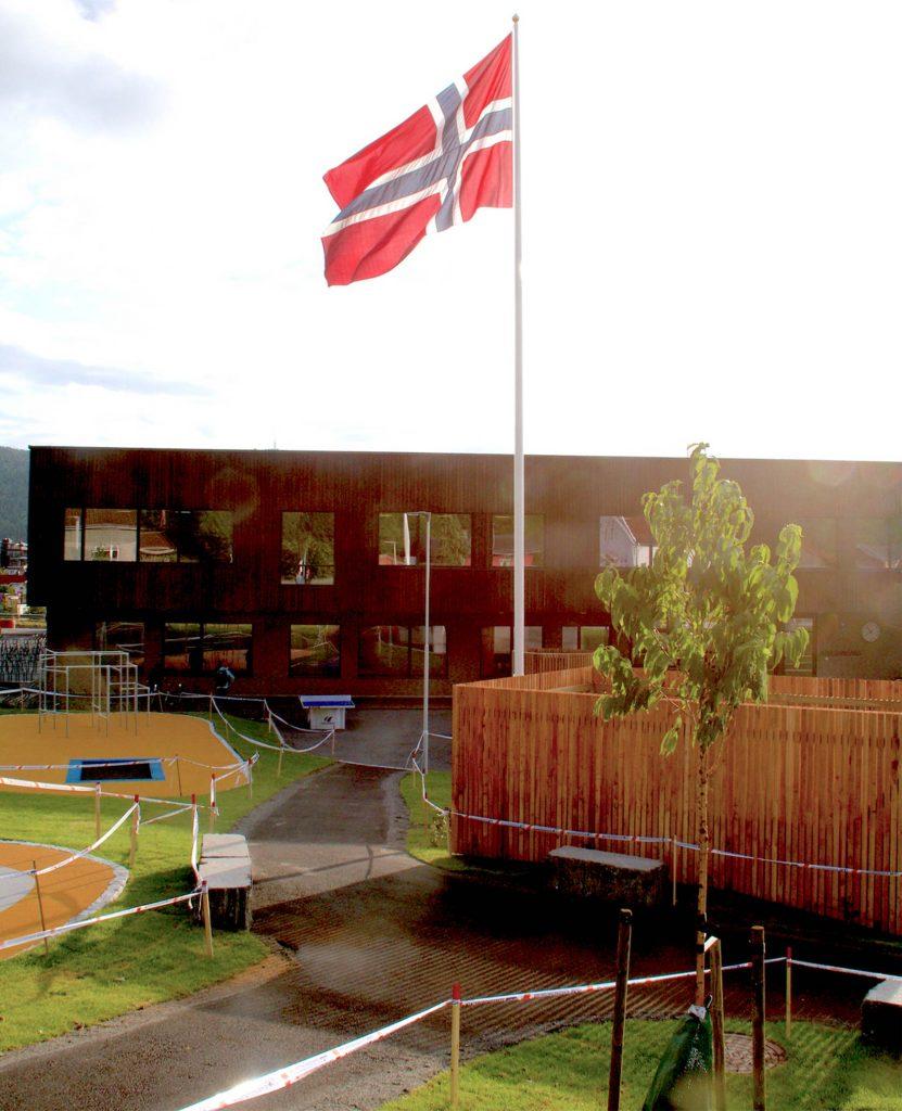 STOR DAG: Flagget var heist helt til topps på ny-skolen allerede grytidlig første skoledag.